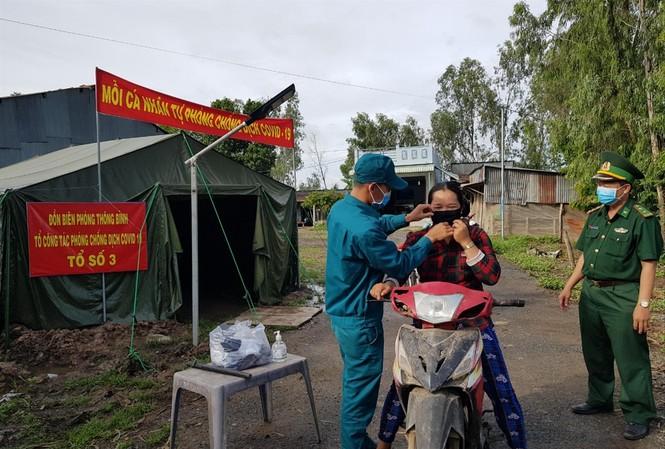 Lực lượng chức năng tuyên truyền người dân nâng cao ý thức phòng chống dịch Ảnh: Nhật Huy