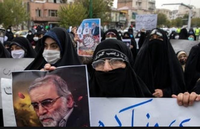 Người dân Iran cầm ảnh chân dung ôngMohsen Fakhrizadeh trong cuộc biểu tình tại Tehran ngày 28/11  ảnh: AP