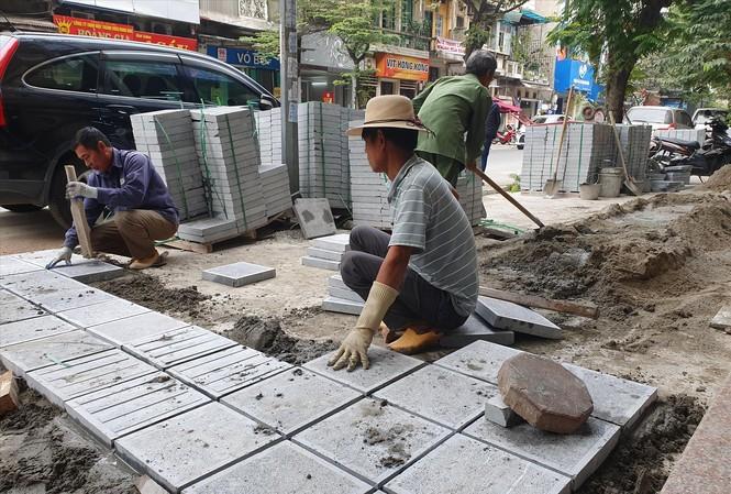 Công nhân đang lát đá tự nhiên tại phố Hòa Mã (ngày 2/12)