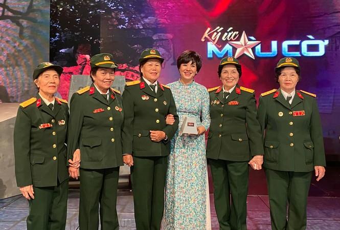 Bà Vân (ngoài cùng bên phải) tham dự chương trình Ký ức màu cờ