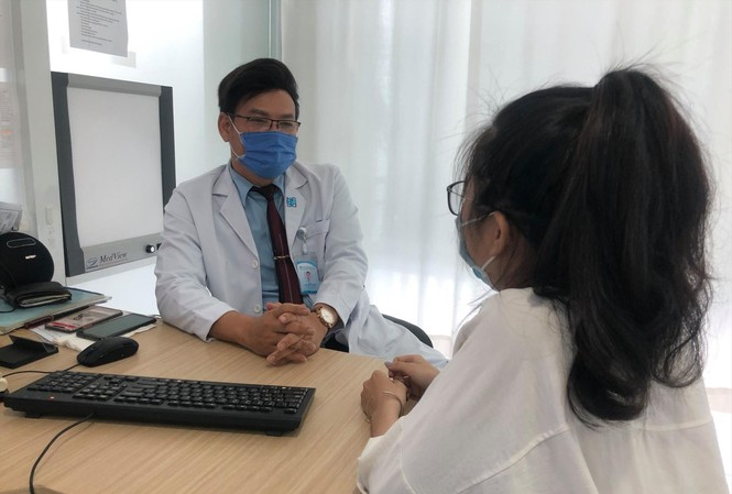 BS Trần Minh Khuyên khám bệnh cho người trẻ có dấu hiệu liên quan đến tâm thần  Ảnh: Uyên Phương