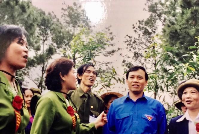 Ông Vũ Trọng Kim (thứ 2, từ phải sang) cùng đoàn văn công Tiếng hát át tiếng bom, hát đồng ca tại Quảng Bình năm 2000