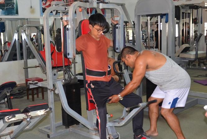 Anh Ksor Bop hướng dẫn Tài Nam tập gym