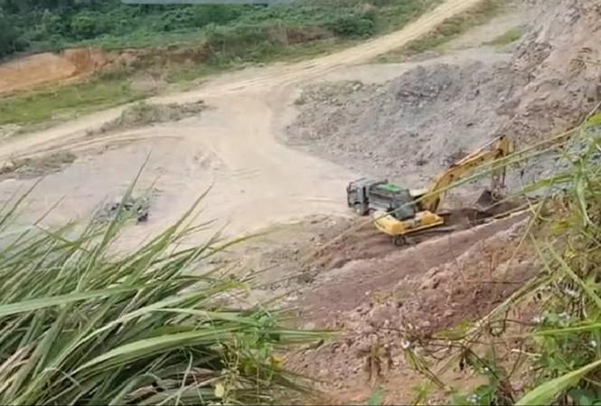 Cảnh khai thác đất trái phép tại đồi Ba Mào (Quang Sơn) ngày 16/6 (Ảnh cắt từ clip)