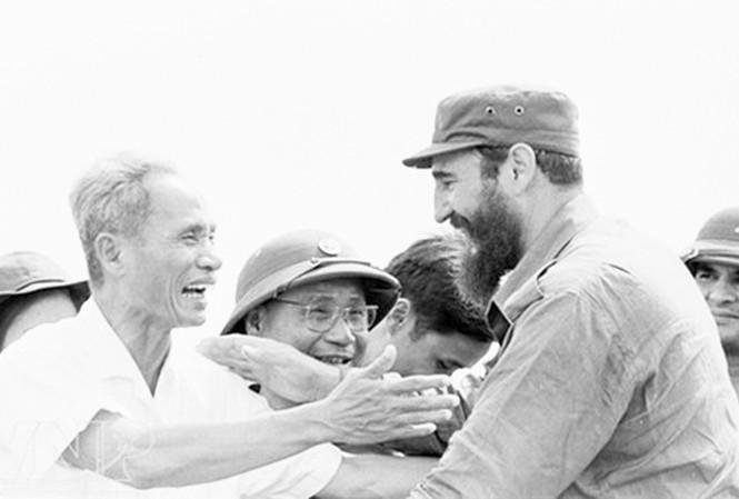 Hình ảnh cảm động và thân thiết của Thủ tướng Phạm Văn Đồng và Fidel Castro tại Quảng Trị tháng 9/1973
