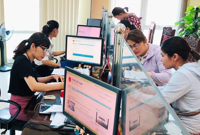 Người dân kê khai, nộp thuế tại Cục Thuế Hà Nội