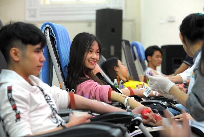 Sinh viên  tham gia hiến máu tại chương trình Chủ nhật Đỏ 2020 Ảnh: Xuân Tùng