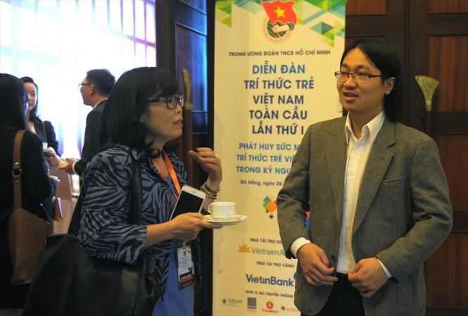TS.Trần Hoàng Sơn trao đổi với đại biểu tại Diễn đàn lần thứ nhất Ảnh: Xuân Tùng