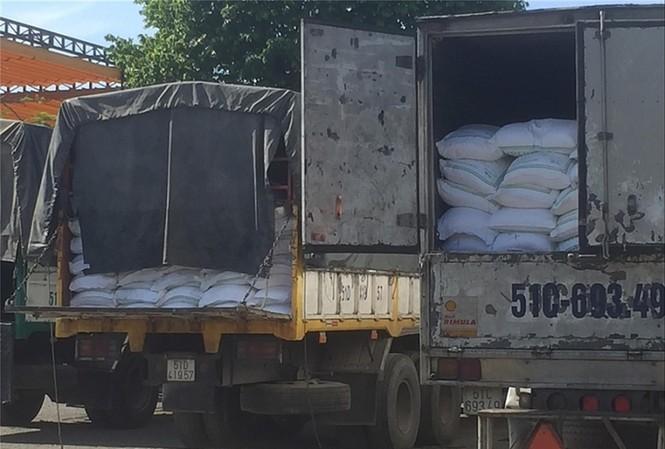 Nhiều xe tải chở đường lậu bị công an bắt giữ