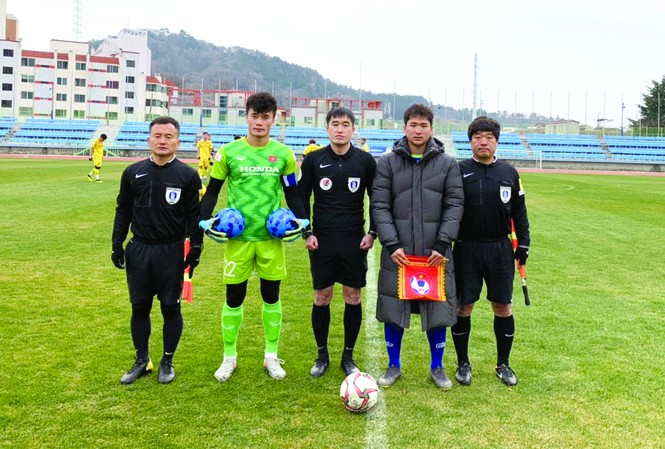 Thủ môn Bùi Tiến Dũng mang băng thủ quân U23 Việt Nam ở trận này