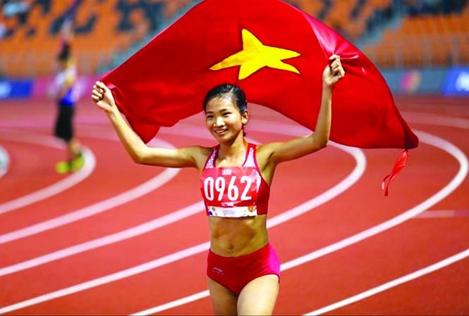 """Nguyễn Thị Oanh giành chiến thắng trong cuộc đua danh hiệu VĐV tiêu biểu năm 2019  dù phải đối đầu với những """"đối thủ"""" rất mạnh như Ánh Viên, Huy Hoàng ở môn bơi lội  ảnh: H.M"""
