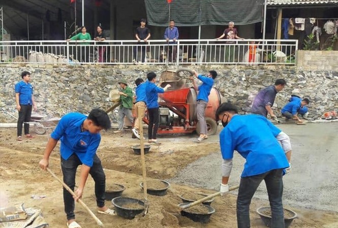 ĐVTN tham gia xây dựng sân chơi thiếu nhi tại huyện Yên Thủy (Hòa Bình)  Ảnh: PV