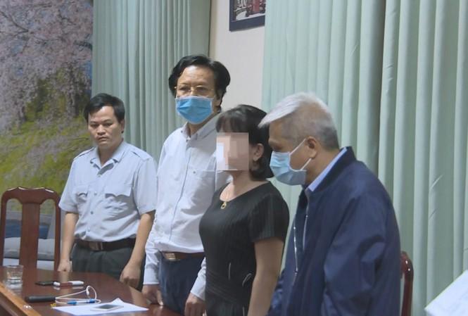 3 nam bác sĩ bị khởi tố, bắt giam tại Sở Y tế tối 27/4 (ông Long đứng giữa, cao nhất trong ảnh)
