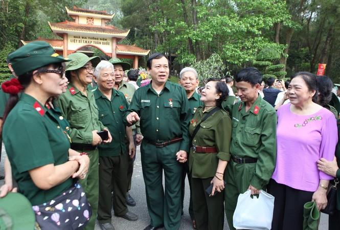 Chủ tịch T.Ư Hội Cựu TNXP Vũ Trọng Kim (thứ 4 trái sang) cùng đồng đội về tri ân các anh hùng liệt sĩ, gia đình có công nhân kỷ niệm 50 năm mở đường Hồ Chí Minh