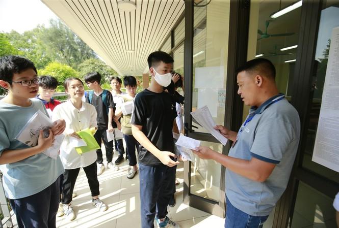 Sáng 16/7, thí sinh ở Hà Nội đến trường làm thủ tục dự thi, điều chỉnh sai sót (nếu có) ảnh:Như Ý