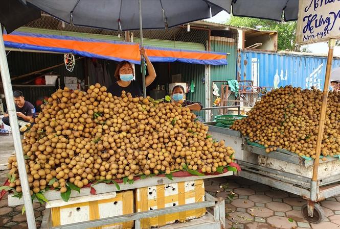 Nhãn được bày bán tại Hà Nội