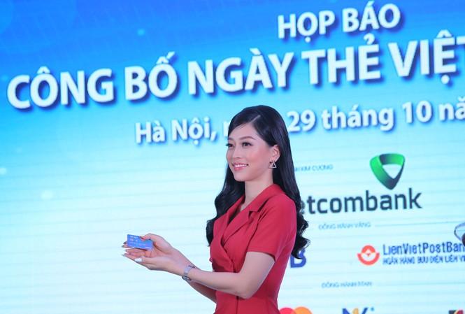 Đại sứ Ngày thẻ Việt Nam 2020 Á hậu Bùi Phương Nga giới thiệu chiếc thẻ chip đa năng phát hành trong Ngày Thẻ Việt Nam 2020Ảnh: Hoàng Mạnh Thắng