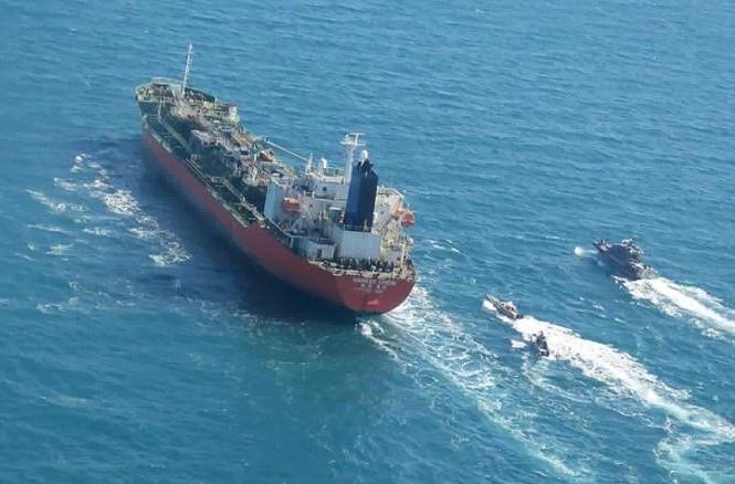 Bức ảnh được Hãng thông tấn Tasnim công bố cho thấy tàu chở dầu mang cờ Hàn Quốc được các tàu của Lực lượng Vệ binh Cách mạng Hồi giáo Iran hộ tống trên Vịnh Ba Tư. Ảnh:CNN