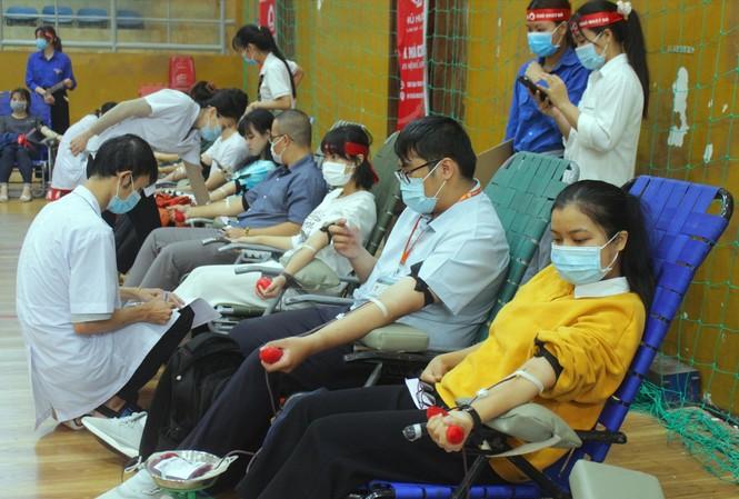 Sinh viên, tình nguyện viên hiến máu tại Chủ nhật Đỏ