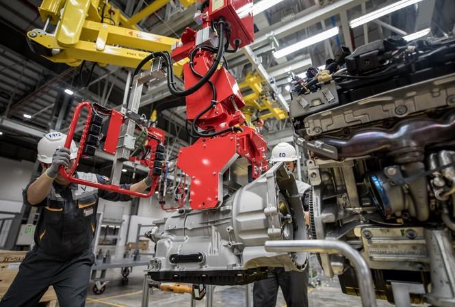 Công nhân nhà máy sản xuất lắp ráp ô tô Vinfast đang lắp ráp chi tiết hoàn thiện xe ô tô
