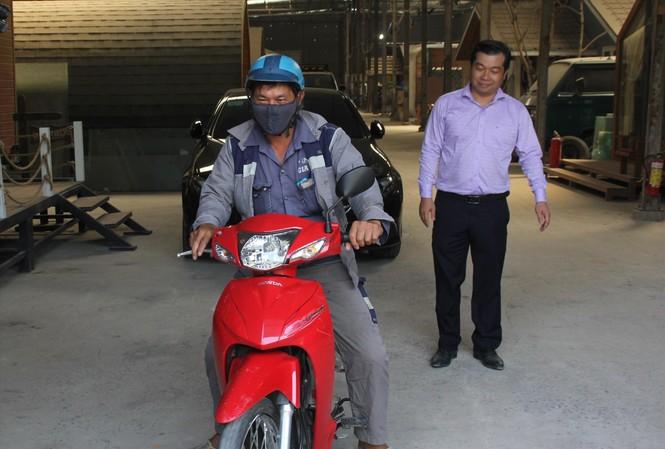 """""""Tôi cảm kích trước thái độ của anh Lộc sau tai nạn đã """"thấy sai và nhận sai"""", hơn nữa thấy anh Lộc cũng khó khăn nên tôi muốn dành tặng anh ấy chiếc xe máy để đi lại thuận tiện, an toàn hơn"""". Anh Huỳnh Bảo Toàn"""