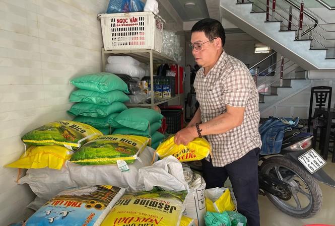Gia đình ông Thống giờ bán thêm gạo với hi vọng trả được món nợ bị lừa