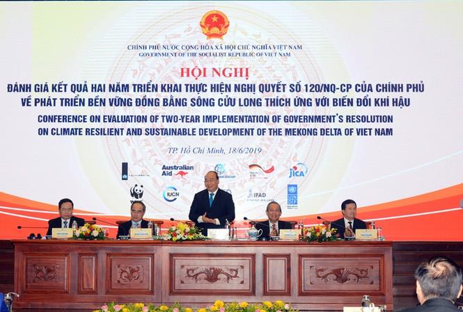 Thủ tướng Nguyễn Xuân Phúc phát biểu chỉ đạo tại hội nghị. ẢNH: HÒA HỘI