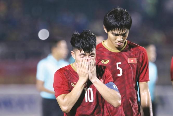 Nỗi buồn của các cầu thủ U18 Việt Nam khi để U18 Thái Lan cầm hòa  ảnh: HỮU TUẤN