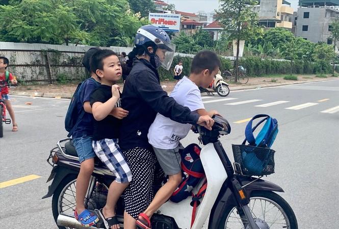 Phụ huynh đón con trưa ngày 22/8 ở trường Tiểu học Chu Văn An (Hoàng Mai) Ảnh: H.L