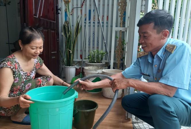 Trung úy Hoàng Văn Thi, trực tiếp bơm nước cho dân Ảnh: Nguyễn Thành