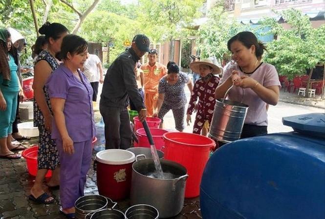 Cuộc sống người dân Đà Nẵng nhiều nơi bị xáo trộn vì thiếu nước nhiều ngày Ảnh: X.L