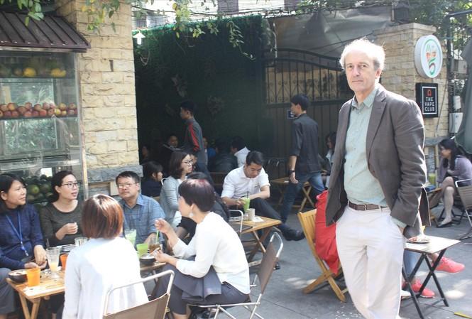 Martin Rama, tản bộ ở Hà Nội tháng 12/2017 Ảnh: NVCC