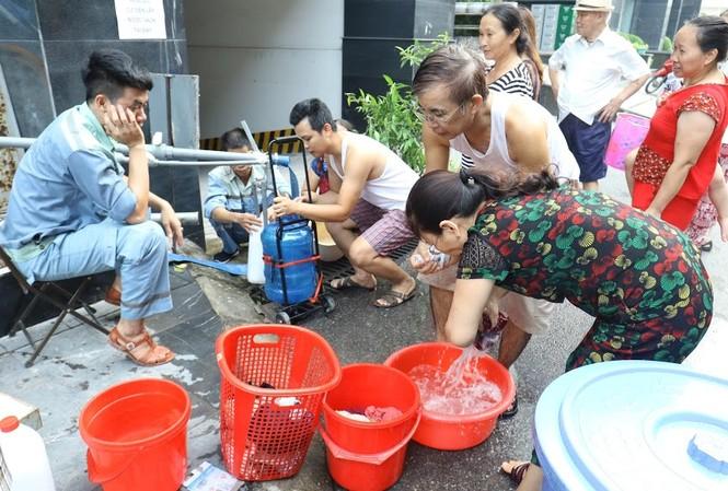 Người dân Hà Nội lo ngại về an ninh nước sạch sau sự cố nước sông Đà Ảnh: như ý