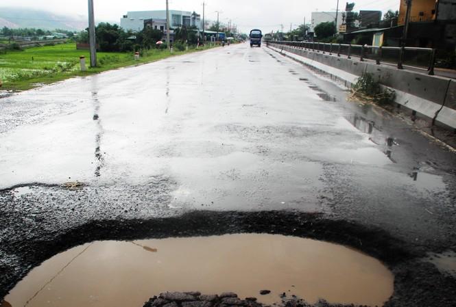 Quỹ bảo trì đường bộ không phát huy tác dụng khi chậm duy tu bảo dưỡng đường hư hỏng ảnh: hồng vĩnh