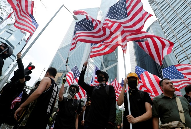 Người biểu tình Hong Kong vẫy cờ Mỹ trong cuộc biểu tình trước Lãnh sự quán Mỹ cuối tuần qua ảnh: AP