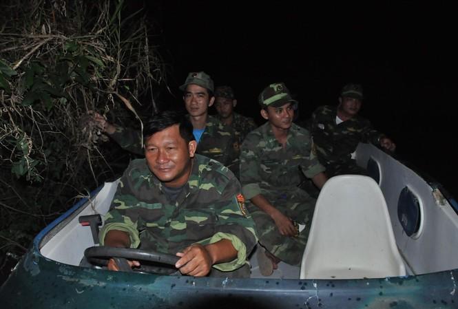Các chiến sỹ biên phòng mật phục ẢNH: HÒA BÌNH