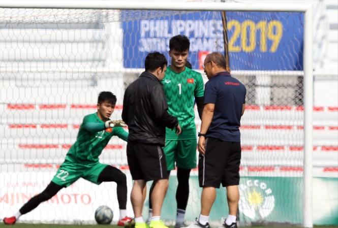 HLV Park Hang Seo trao đổi với thủ môn Tiến Dũng trong buổi tập trước trận bán kết ảnh: HỮU PHẠM