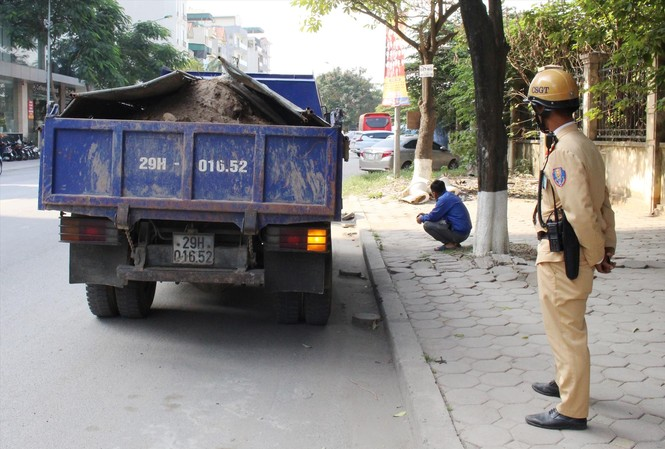 Xe tải chở bùn đất có ngọn bị CSGT Hà Nội xử lý tại ngã ba Nguyễn Xiển - Thanh Liệt Ảnh: T.Đảng