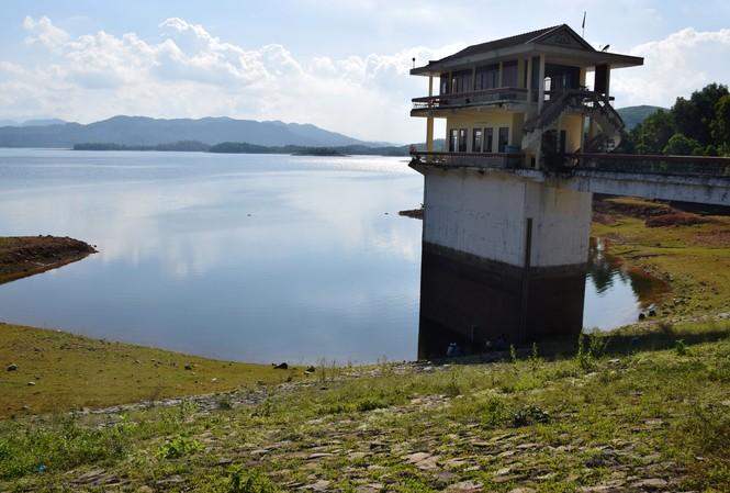Nhiều hồ thủy lợi ở Quảng Nam thiếu nước, nguy cơ bỏ hàng ngàn héc ta đất sản xuất vụ hè thu. (Trong ảnh Hồ thủy lợi PHú Ninh Ảnh: Hoài Văn