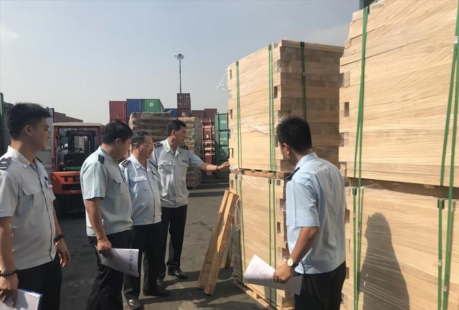 Hải quan TPHCM kiểm tra container gỗ vi phạm