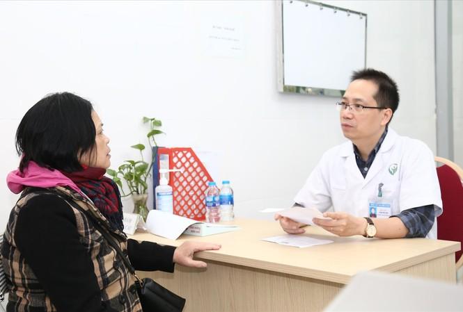 Bác sĩ tư vấn cho người dân phòng chống đột quỵ