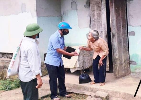 Hình ảnh cụ Lê Thị Thanh (73 tuổi) bán gà lấy tiền ủng hộ quỹ phòng chống dịch khiến nhiều người cảm kích