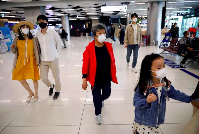 Người Hàn Quốc đeo khẩu trang khi đi lại trong sân bay Gimpo, Hàn Quốc, ngày 1/5 ảnh: Reuters