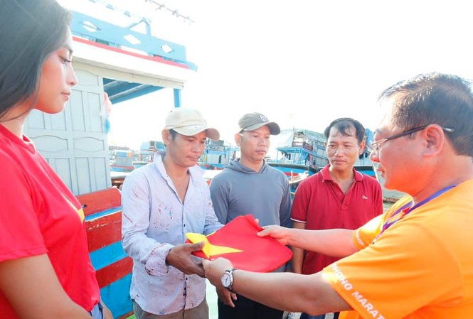 BTC giải chạy Tiền Phong tặng cờ cho ngư dân. Ảnh: Như Ý
