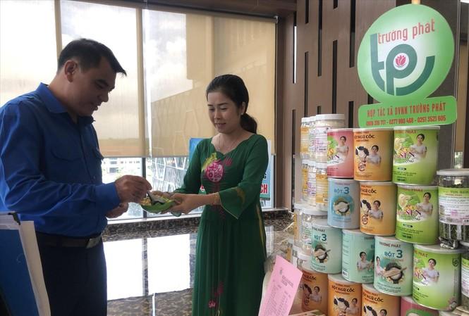 Chị Nguyễn Thị Bích Lệ - Giám đốc HTX Dịch vụ Nông nghiệp Trường Phát giới thiệu các sản phẩm từ sen Ảnh: U.P