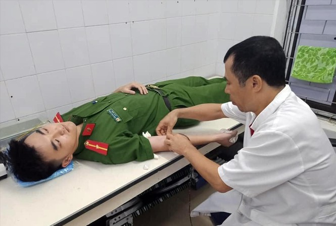 Thiếu úy Trần Phúc Thắng (Công an huyện Hương Sơn, Hà Tĩnh) hiến máu cứu người, tối 5/9 Ảnh: PV