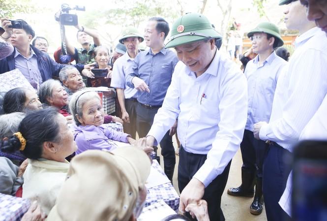 Thủ tướng thăm hỏi, động viên bà con vùng lũ khắc phục hậu quả do mưa lũ, sớm ổn định cuộc sống