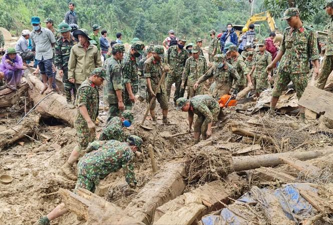 Các chiến sỹ dùng tay cào bùn đất tìm kiếm người mất tích tại Trà Leng, Nam Trà My, Quảng Nam