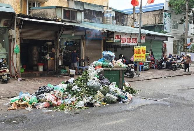 Những ngày qua, nhiều tuyến đường Hà Nội tiếp tục ngập trong rác