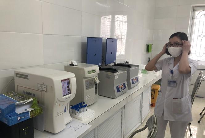 Máy xét nghiệm miễn dịch tự động mới được đưa vào hoạt động tại Trung tâm y tế thị xã Kinh Môn, Hải Dương Ảnh: Nguyễn Hoàn